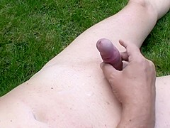 Nackt garten amateure im Nachbarin Nackt