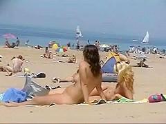 deux couples libertins s'entremêlent sur la plage