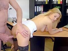 Blonde Boss fickt Mitarbeiter