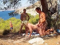 Voyeur pervers se branle à côté d'un couple en pleine action !
