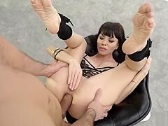 Veronica Clark nimmt nach dem Analficken Sperma auf ihre schmutzigen Füße