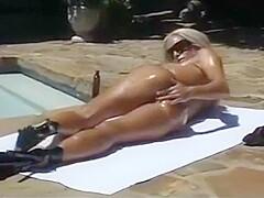 Nackt Fembomb  Ashley Youdan