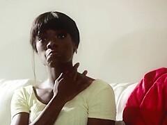 Erregendes lesbisches Medley aus dunkelhäutigen Ebenholzmädchen Lotus Lain und Ana Foxx im Schaumbad